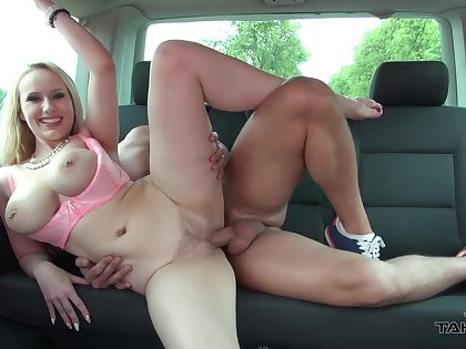 Busty blonde MILF Benefactor boned good in the on every side depths of a car