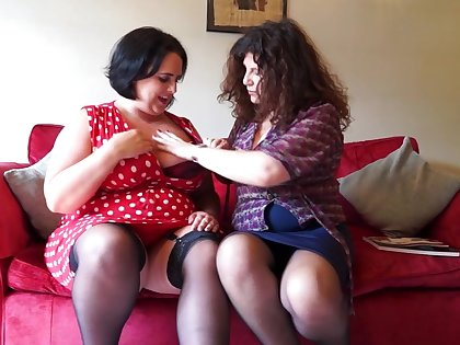 Two British Curvy Housewives Go Potent Lesbian - MatureNL